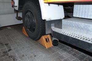 Das Fahrzeug muss natürlich gegen Wegrollen gesichert werden.
